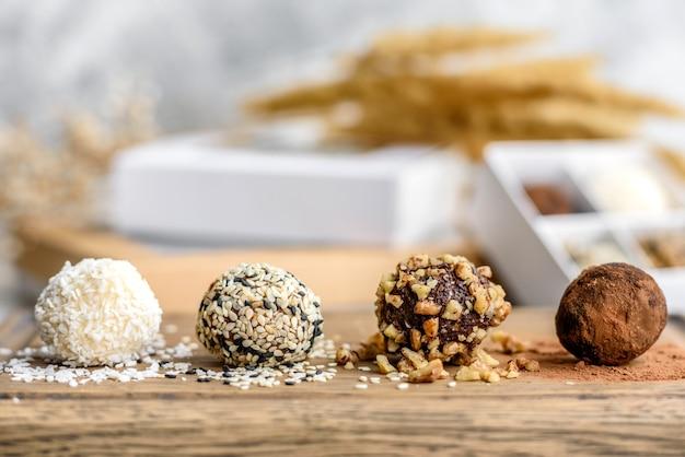 Leckere frische handgemachte süße süßigkeiten mit käsefüllung und streuen auf einem betontisch