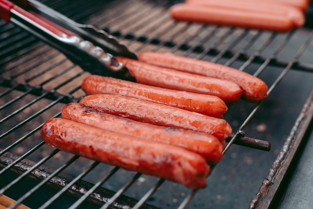 Leckere frische hot dogs auf dem grill