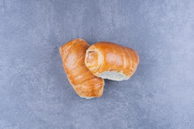 Leckere frische hotdogs auf grauer oberfläche