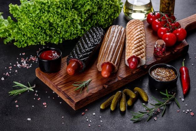 Leckere frische hotdogs mit verschiedenen arten von brötchen und würstchen. fast food, nicht nützliches essen