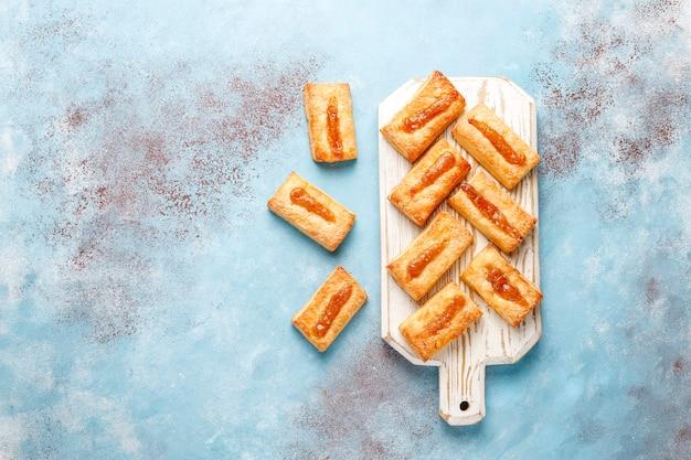 Leckere frische kekse mit marmelade oben drauf.