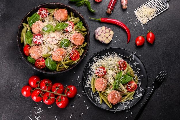 Leckere frische pasta mit fleischbällchen