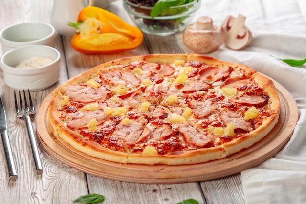 Leckere frische pizza serviert auf holztisch