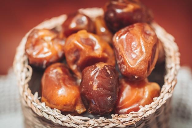 Leckere frische und süße sukkari datteln