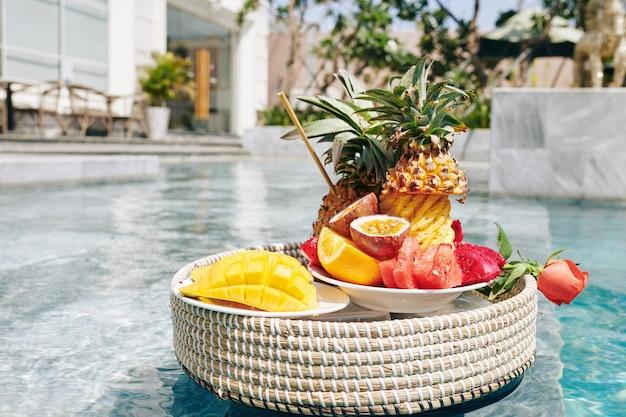 Leckere früchte auf korbtablett