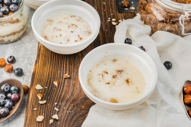 Leckere frühstücksschalen mit bio-milch