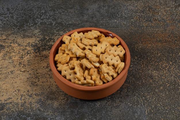 Leckere gebackene cracker in keramikschale.