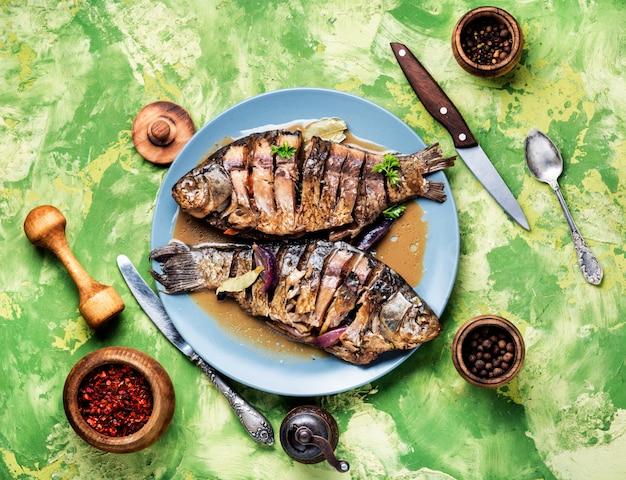 Leckere gebackene fische auf teller