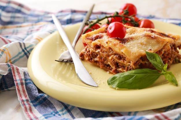 Leckere gebackene lasagne auf teller