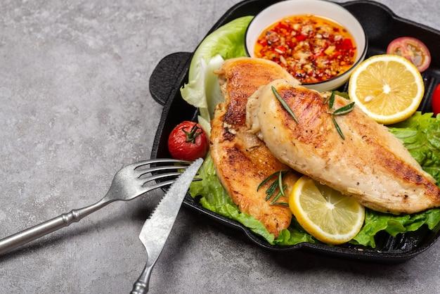 Leckere gebratene hähnchenbrust und gemüsesalat