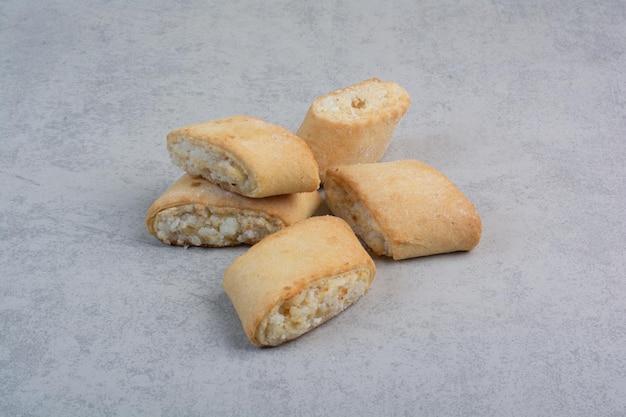 Leckere gefüllte kekse auf grauem tisch. foto in hoher qualität