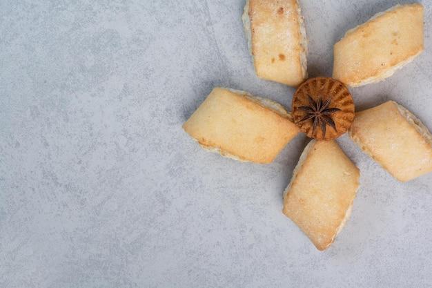 Leckere gefüllte kekse und kuchen auf grauem hintergrund. foto in hoher qualität