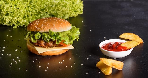 Leckere gegrillte hausgemachte burger. leckere gegrillte burger. fertigen sie rindfleischburger und pommes-frites auf holztisch an