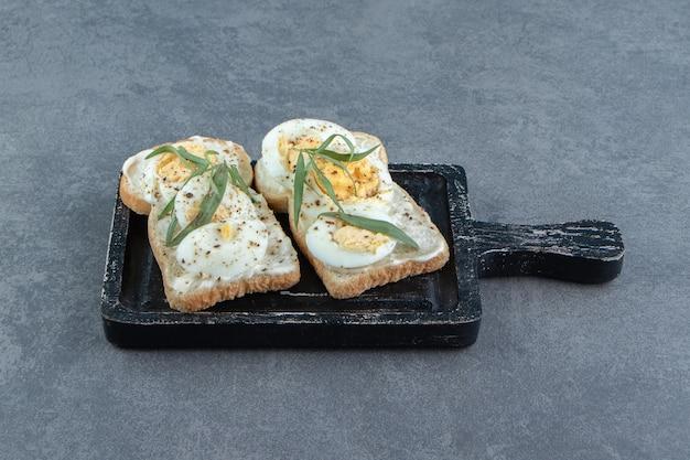Leckere gekochte eier auf toastbrot