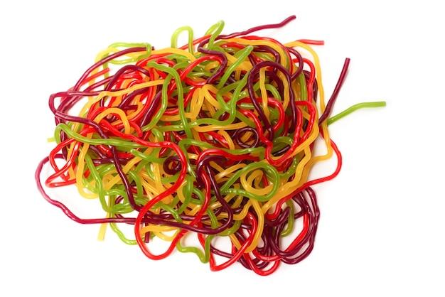 Leckere gelee-spaghetti lokalisiert auf weißem hintergrund. bonbonstreifen.