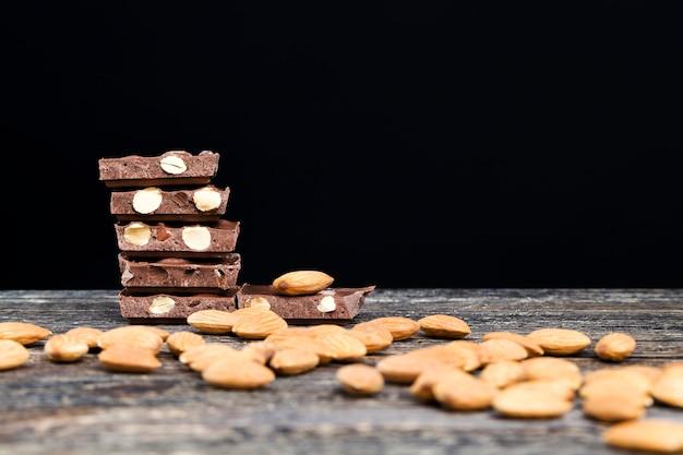 Leckere geröstete mandeln und große schokoladenstücke
