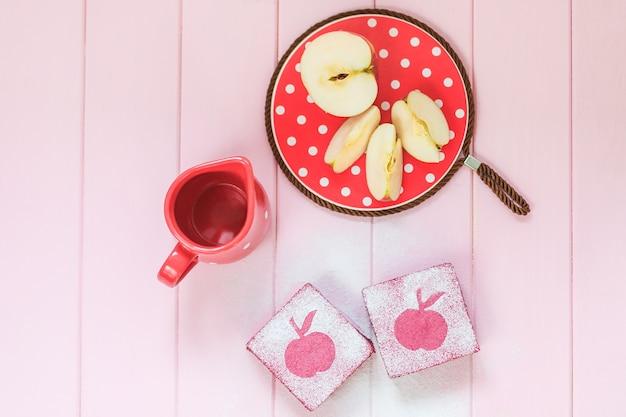 Leckere gesunde obstquadratkuchen aus johannisbeere, äpfel.