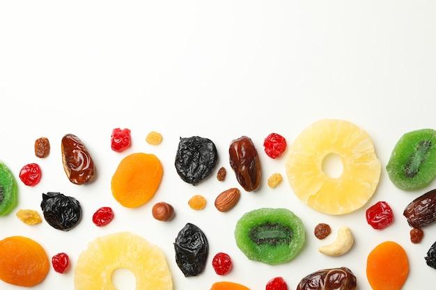 Leckere getrocknete früchte auf weißem tisch