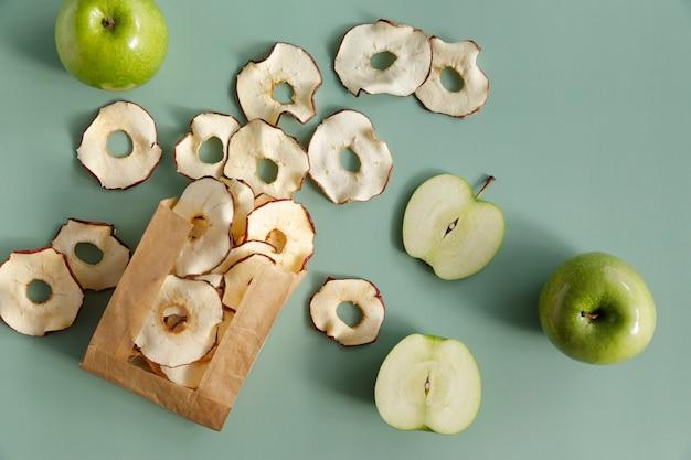 Leckere grüne äpfel und getrocknete apfelscheiben