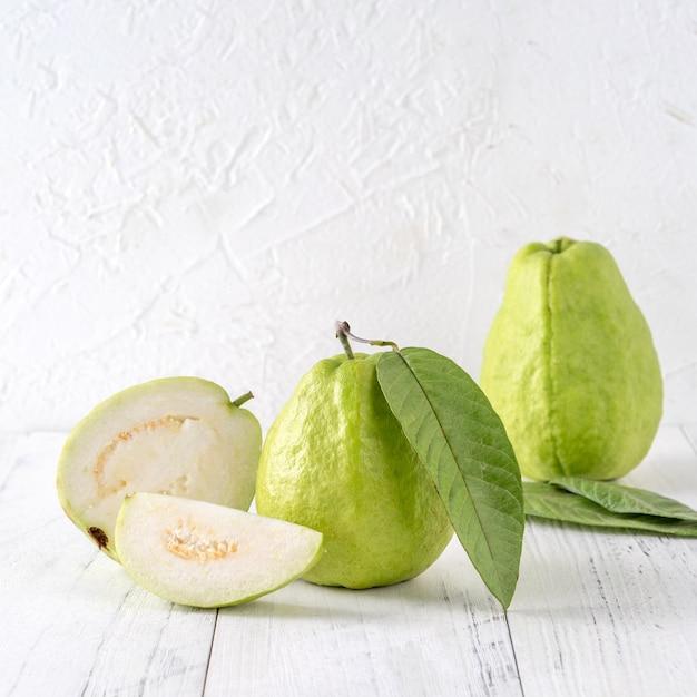 Leckere guave mit frischen blättern