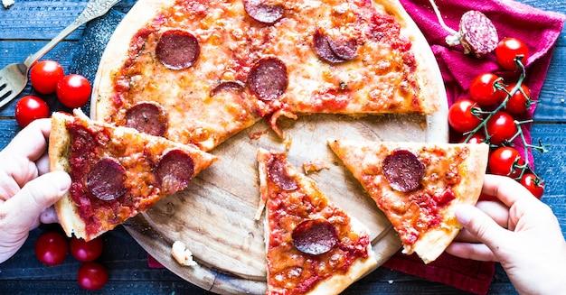 Leckere handgemachte tomaten und pepperoni pizza