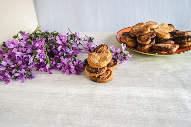 Leckere hauchpalmen mit schönen frühlingsblumen