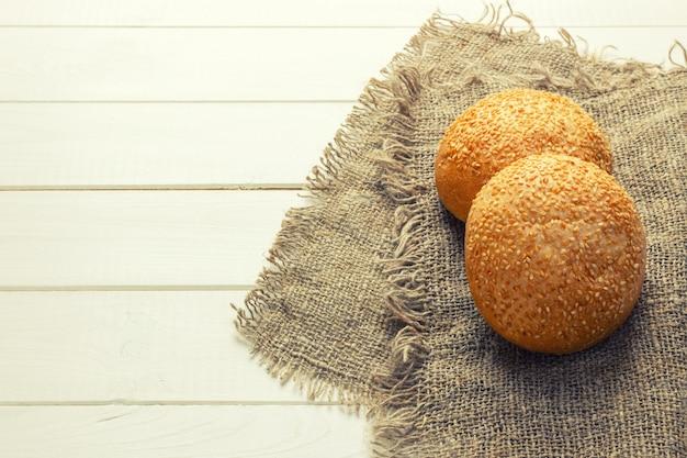 Leckere hausgemachte brötchen mit knoblauch. heißes frisches gebacken von den ofenbrötchen. ansicht von oben. kopieren sie platz