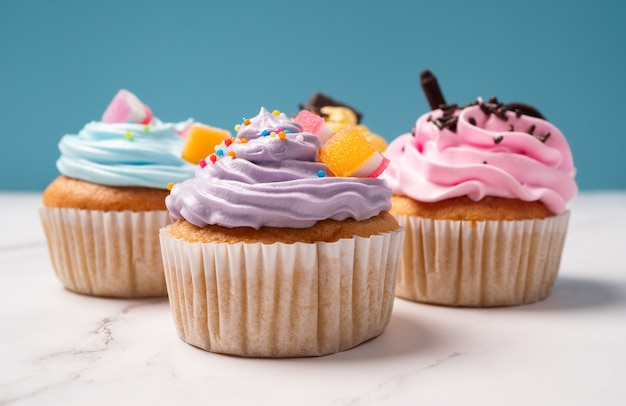 Leckere hausgemachte cupcakes mit bunter sahne und belag mit süßigkeiten und schokoladenkeksen.