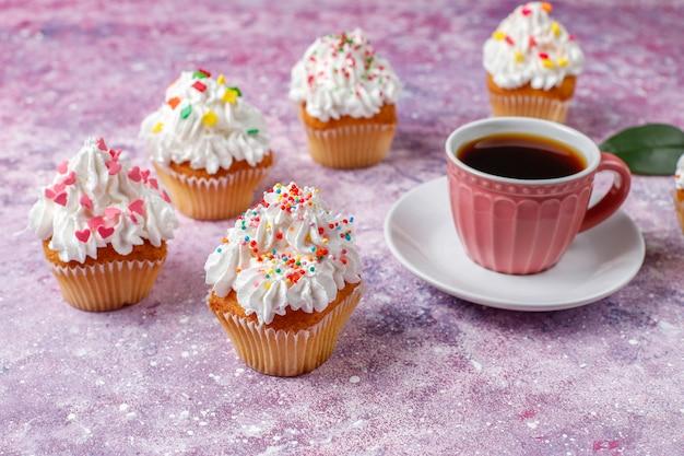 Leckere hausgemachte cupcakes mit verschiedenen streuseln
