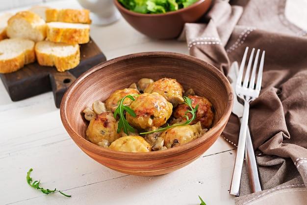 Leckere hausgemachte frikadellen mit champignon-sahne-sauce.