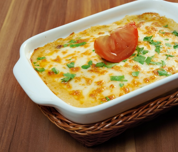 Leckere hausgemachte gemüselasagne mit tomaten, paprika, zwiebeln und zucchini