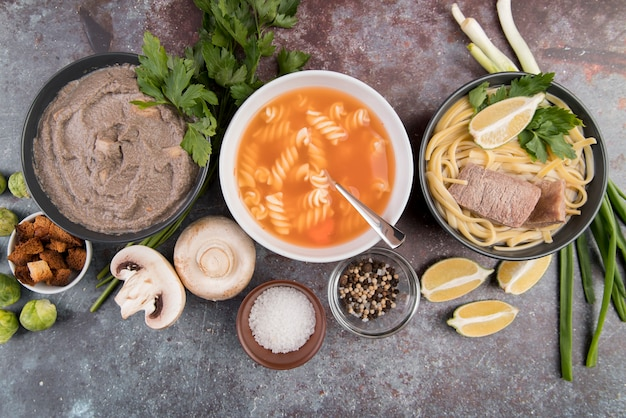 Leckere hausgemachte heiße suppen und zutaten