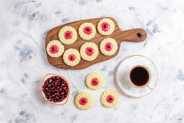 Leckere hausgemachte kekse mit granatapfelkernen.