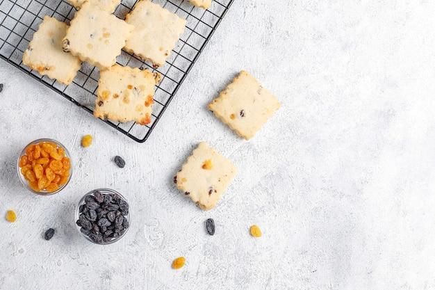 Leckere hausgemachte kekse mit rosinen.
