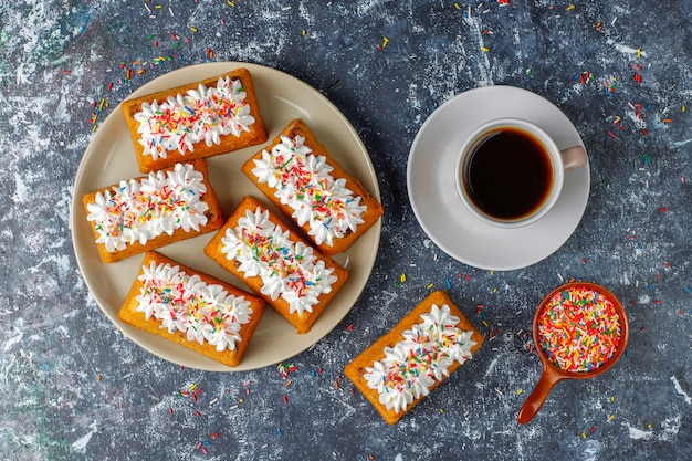 Leckere hausgemachte kleine obstkuchen, rosinenkuchen, draufsicht