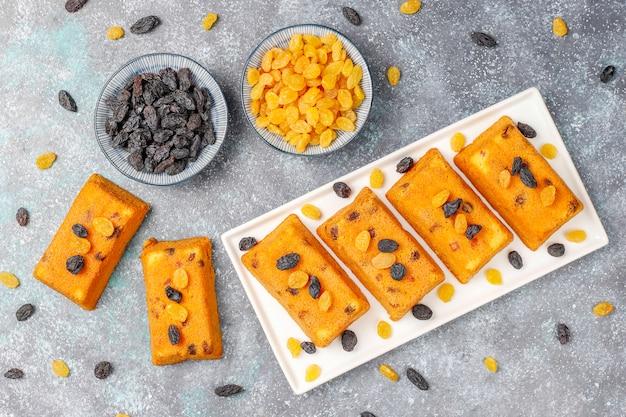 Leckere hausgemachte kleine obstkuchen, rosinenkuchen