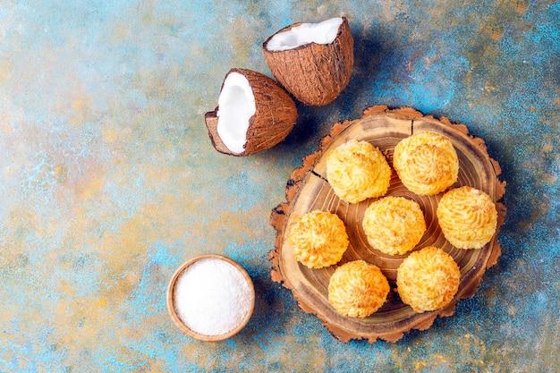 Leckere hausgemachte kokos-macarons mit frischer kokosnuss