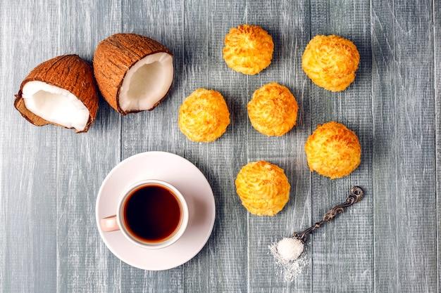 Leckere hausgemachte kokosmakronen mit frischer kokosnuss