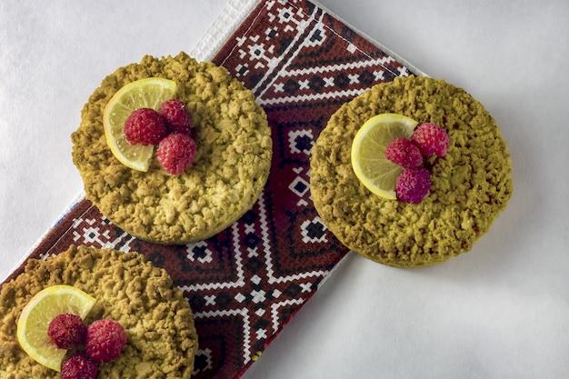 Leckere hausgemachte krümel-shortbread-cokies mit himbeeren