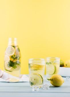 Leckere hausgemachte limonade zum servieren bereit