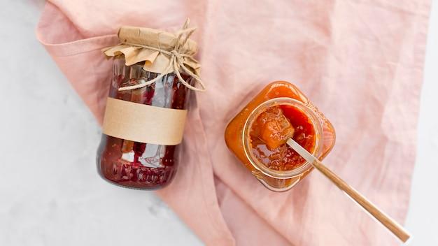 Leckere hausgemachte marmelade in gläsern
