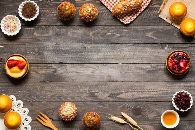 Leckere hausgemachte muffins mit joghurt, auf einem holzrahmen hintergrund mit platz für text,