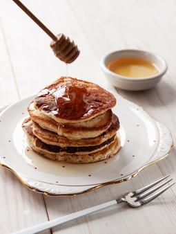 Leckere hausgemachte pfannkuchen mit honig