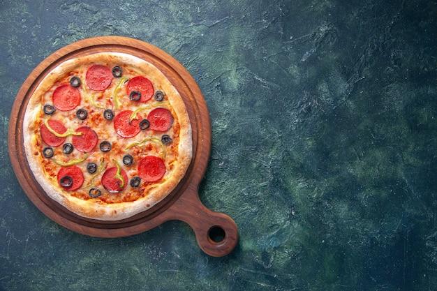 Leckere hausgemachte pizza auf holzbrett auf isolierter dunkler oberfläche