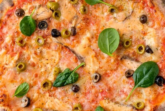 Leckere hausgemachte pizza auf orange. draufsicht