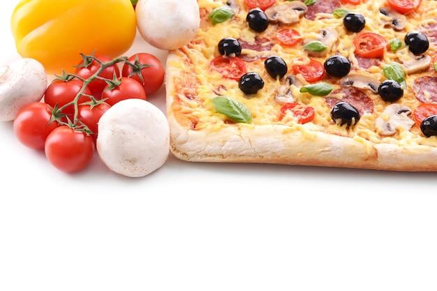 Leckere hausgemachte pizza auf weiß