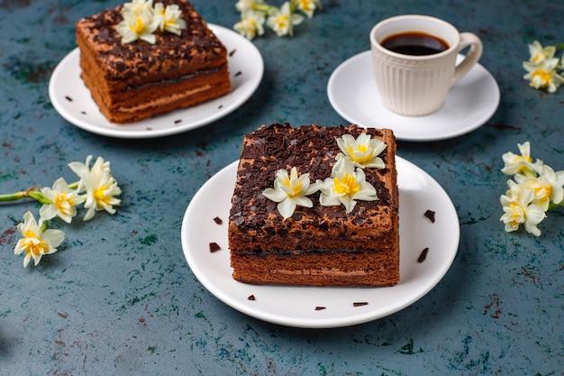 Leckere hausgemachte schokoladentrüffelkuchen mit kaffee