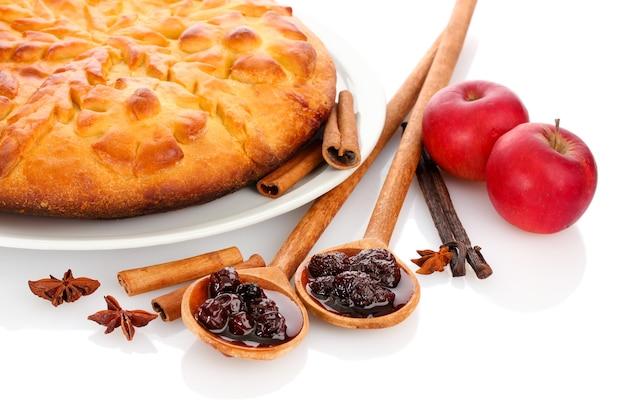 Leckere hausgemachte torte, äpfel und marmelade, isoliert auf weißer oberfläche