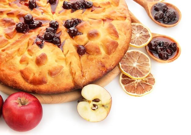Leckere hausgemachte torte, äpfel und marmelade, lokalisiert auf weiß
