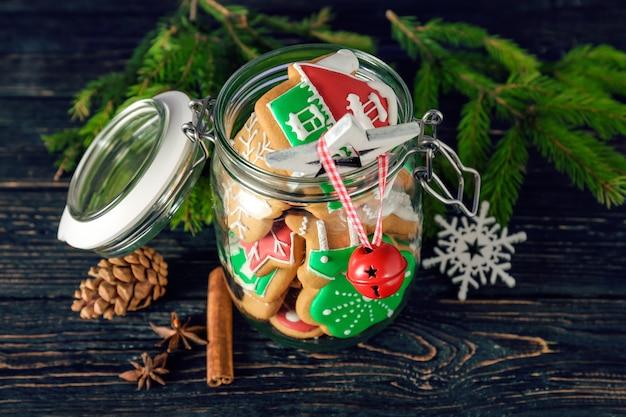 Leckere hausgemachte weihnachtskekse im glas auf dem tisch